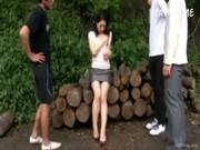 四十路美熟女妻が野外で変態男達に調教されるひとずま動画